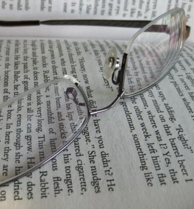 okulary na otwartej książce w języku angielskim
