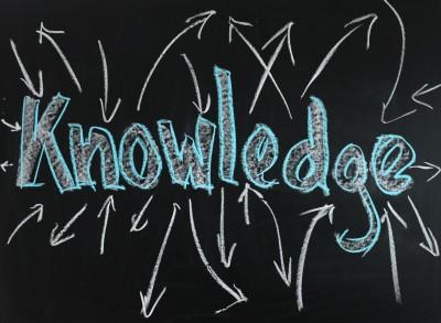 angielski napisz KNOWLEDGE zrobiony kredą na tablicy
